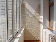 Комбинирование декоративной штукатурки и декоративного камня в отделке балкона