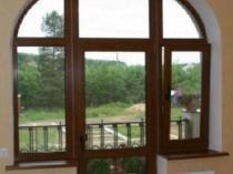 Деревянные двери на балкон