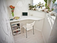 Белый цвет выигрышно увеличивает пространство балкона офиса