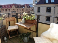На открытом балконе можно разместить откидной стол