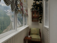 Уютный уголок для отдыха на балконе