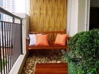 Зону для релакса на балконе можно создать с помощью дерева и гальки