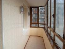 Интересная отделка балкона пластиковыми панелями в сочетании с темным профилем