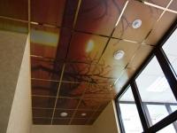 Декоративный плиточный потолок на балконе