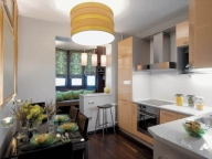 На балконе присоединенном к кухне можно поставить уголок или небольшой диванчик