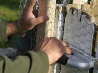 монтаж ограды строительным степлером